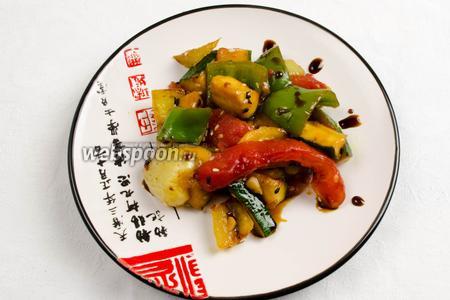 Готовые овощи подавать горячими сразу, полить или подать отдельно соус Тэрияки.