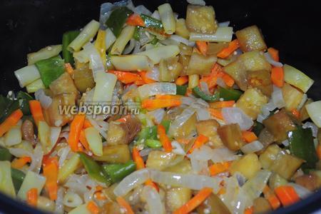 Баклажаны следует отжать от выделившегося сока (в нём осталась вся горечь) и присоединить к овощам, включить режим «жарка» и обжаривать вместе 5 минут.