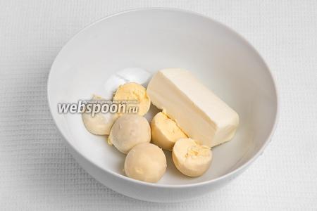 Отделяем яичный желток от белка и перетираем его с маслом.