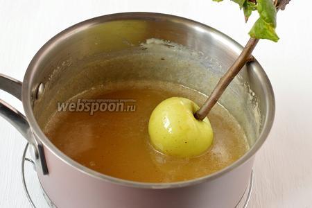 Подготовленные яблоки быстро окунуть в горячий сироп.