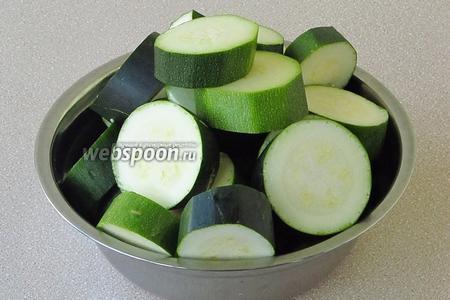 Кабачки вымыть, обсушить и нарезать кружочками толщиной около 2 см.