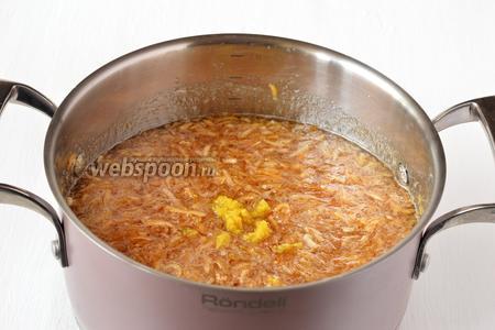 Добавить лимонную цедру. Перемешать. Охладить. После полного охлаждения опять довести яблоки до кипения и варить 15 минут.
