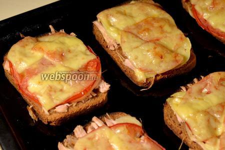 Запечь бутерброды сначала 15 минут на нижнем или среднем уровне духовки, чтобы чуть подсохла пропитка снизу, затем 15 минут на верхнем уровне, чтобы зарумянился сыр. При подаче добавить веточки петрушки.