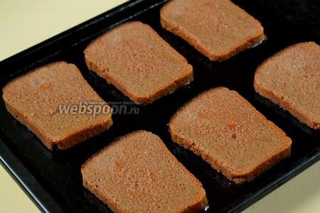 Быстро обмакиваем хлеб в кетчуп и выкладываем на противень, смазанный маслом.