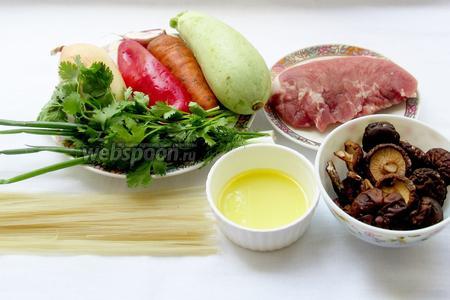 Основными ингредиентами для приготовления рисовой лапши по-восточному являются: свинина, сухие грибы шиитаке, кунжутное масло, кабачок, морковь, дунганский перец, морковь, залень, рисовая лапша, чеснок, лук.