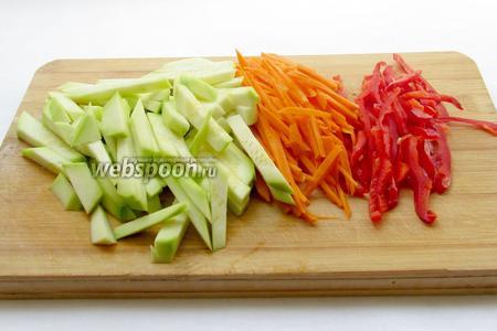Все овощи очистить и нарезать тонкой соломкой, кабачок —брусочками.