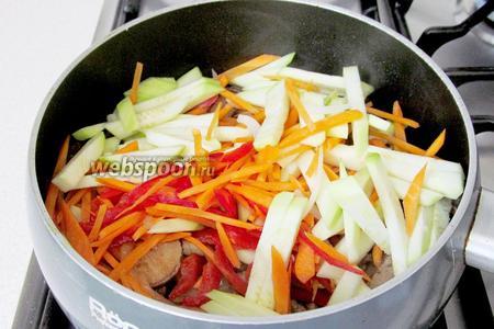 Ранее нарезанные овощи соединить с мясом и грибами, хорошо перемешать и быстро обжарить при постоянном помешивании. Овощи не должны стать мягкими, они должны остаться слегка хрустящими и сочными.
