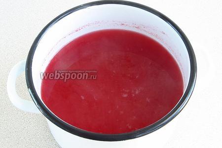 Воду довести до кипения, влить сок, всыпать сахар и соль и снова довести до кипения.