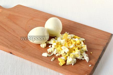 Яйца отварить в подсоленной воде 7-8 минут. Охладить в холодной воде. Очистить. Порезать мелким кубиком.
