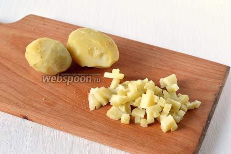 Картофель отварить «в мундире» до готовности. Охладить. Очистить. Порезать мелким кубиком.