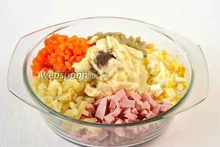 Соединить картофель, колбасу, мелко порезанный лук, яйца, морковь, консервированный горошек, домашний майонез. Сдобрить солью и перцем.