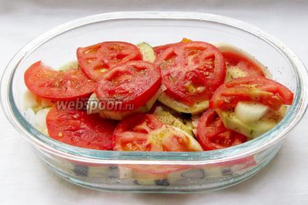 Поверх лука уложить колечки помидор и перца. Каждый слой нужно слегка солить, перчить и сдабривать специями, посыпать рубленным чесноком. Чеснок можно посыпать и в конце. Всё по вкусу.