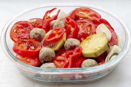 Фрикадельки уложить в свободное пространство между овощами.