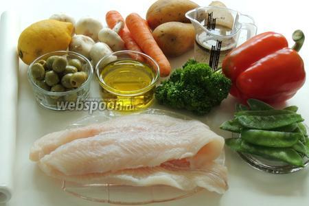 Подготовим ингредиенты: филе пангасиуса, лимон, маслины без косточек, шампиньоны, морковь, картофель, перец красный сладкий, петрушку свежую, зелёный горошек замороженный (не размораживать), вино белое сухое и оливковое масло, бумагу пекарскую.