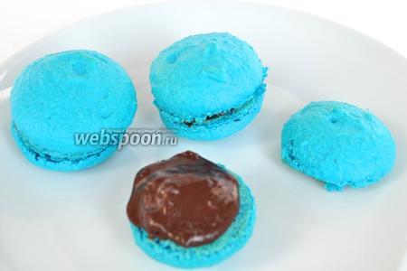 Подбирать печенье одинаковое по размеру, наносить шоколад и соединять половинки.