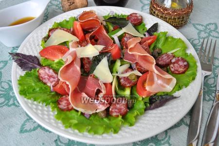 Салат с хамоном, колбаской чоризо и каперсами