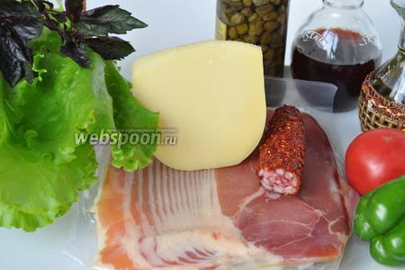 Для салата приготовим сыр пармезан, хамон (слайсы), чоризо, помидоры, перец, лук, зелень и каперсы. Для заправки масло первого холодного отжима, соль, перец и винный уксус.