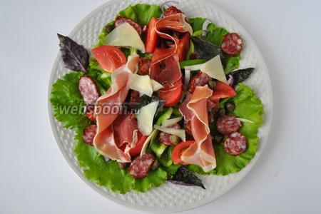 Сверху — пармезан. Можно салат полить соусом сразу, а можно соус подать отдельно. Приятного аппетита!