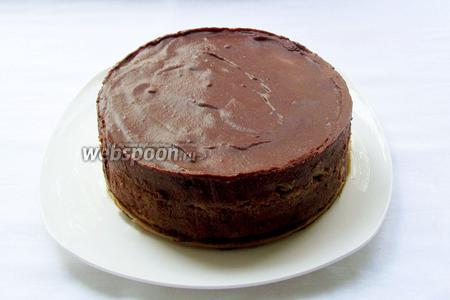 Утром — вуаля! Наш торт освобождаем от формы. Он хорошо застыл и пропитался, но имеет пока не презентабельный вид. Будем исправлять ситуацию с помощью шоколадной ленты.