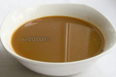 Для пропитки печенья растворимый кофе развести в 200 мл тёплой воды и добавить кофейный ликёр.