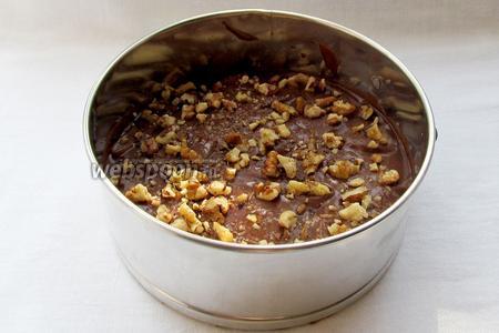 Посыпать орехами. Я добавила орехи только в один слой.