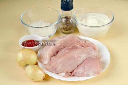 Для приготовления свинины по-строгановски нам понадобится мякоть свинины, лук, сметана, томатная паста, мука, соль, сахар и перец.