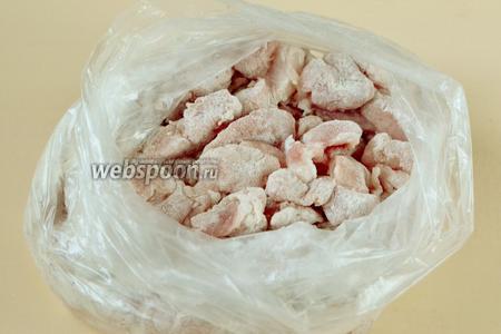 Мясо складываем в пакет, насыпаем муку и перетряхиваем — кусочки равномерно запанируются.