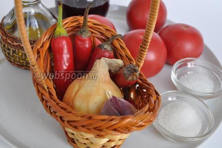 Соус получается очень острый, я бы сказала термоядерный, но если любите острее, уменьшите количество помидоров. Возьмём помидоры, чеснок, лук, острый перец, масло, уксус и специи.