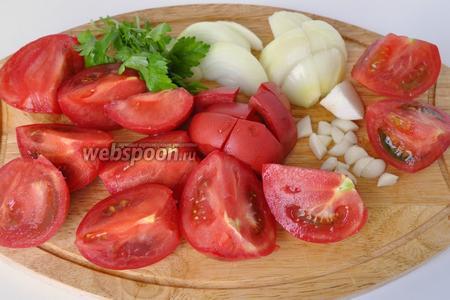 Помидоры, лук, чеснок и петрушку порезать.