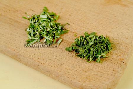 Обрываем листочки с тимьяна и розмарина, измельчаем. На собственный вкус можно брать от четверти чайной ложки каждого вида до 1 чайной ложки.