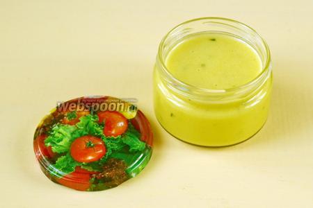 Переливаем соус в баночку и ставим в холодильник. Хранить можно в течение недели, перед употреблением взбалтывать. Этим соусом можно заправлять любые овощные салаты.