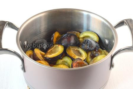 Поместить сливы в кастрюлю и залить небольшим количеством воды (приблизительно 250 мл). Проварить 2 минуты.