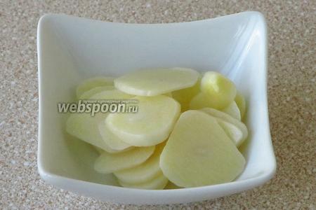 Дольки чеснока очистить от сухой оболочки и нарезать поперёк тонкими кружочками.