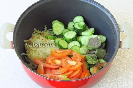 Соединить лук, помидоры и огурцы. Массу поперчить и посолить (по вкусу).