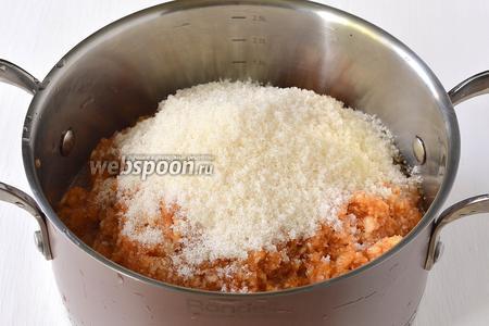 В кастрюле соединить яблоки, воду и сахар.