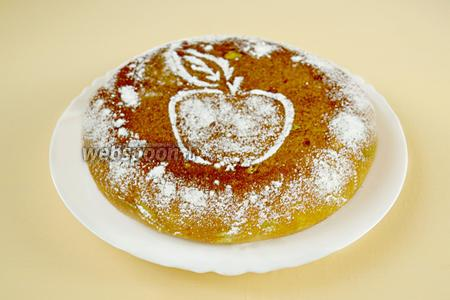 Посыпаем пирог сахарной пудрой и подаём к чаю.
