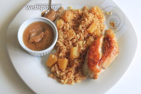 Сразу сервируем горячим филе на рисе с соусом в отдельной посуде. Приятного аппетита!
