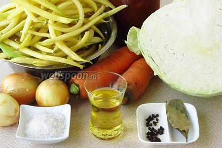 Для приготовления солянки нужно взять молодые лопатки спаржевой фасоли, свежую белокочанную капусту, морковь, репчатый лук, томатный соус «Острый», растительное масло, чёрный перец горошком, лавровый лист и соль.