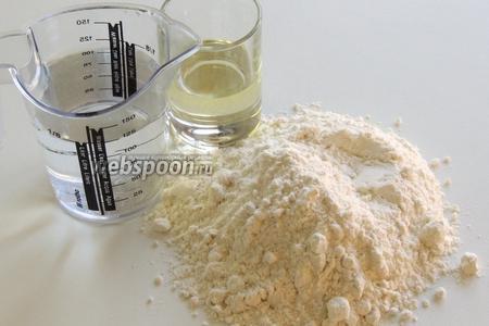 Подготовим ингредиенты: муку, воду комнатной температуры, масло.