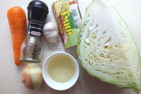 Подготовьте нужные ингредиенты: раннюю капусту, морковь, лук, чеснок, соль, перец, тмин и растительное масло.
