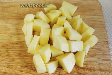 Крупными кубиками нарезать промытый и очищенный картофель.