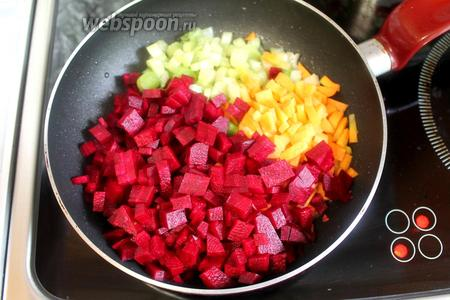 Овощи припустить на сковороде на снятом жире с бульоном.