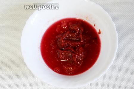 Приготовить томатную заправку: маринованный помидор (по желанию — свежий) смешать с томатной пастой.