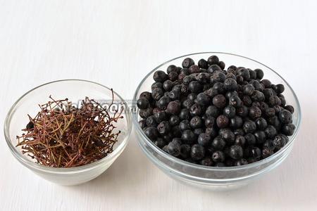 Отделить ягоды аронии от веточек, хорошо перебрать.