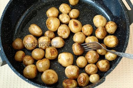 В сковороде разогреть сливочное и подсолнечное масло и в этой смеси обжарить картофель до золотистой корочки, обязательно посолить. Картофель должен протыкаться вилкой.