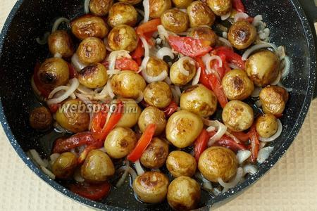 В сковороду вернуть картофель, перемешать, обжарить вместе 2-3 минуты. Картофель готов — приятного аппетита!
