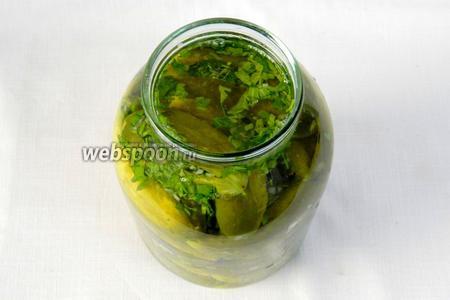 Заливаем рассолом и сверху вливаем оливковое или подсолнечное масло.