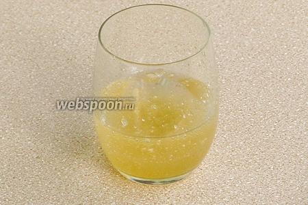 Желатин замочить в небольшом количестве холодной кипячёной воды и оставить на 30–40 минут.