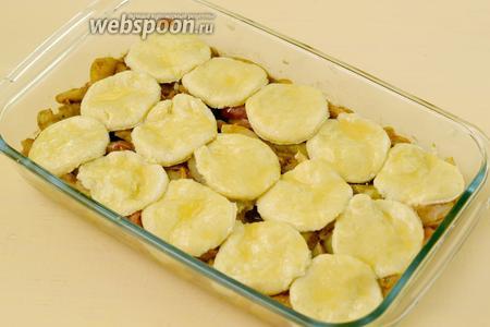 Осталось «замостить булыжником» нашу яблочную начинку. Кружочки плотно не кладутся, обязательно должны быть просветы. Кружочки смазываем взбитым яйцом.