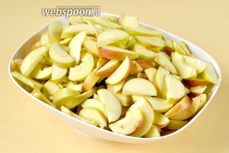 Яблоки нарезаем тонкими дольками, взвешиваем уже нарезанные.